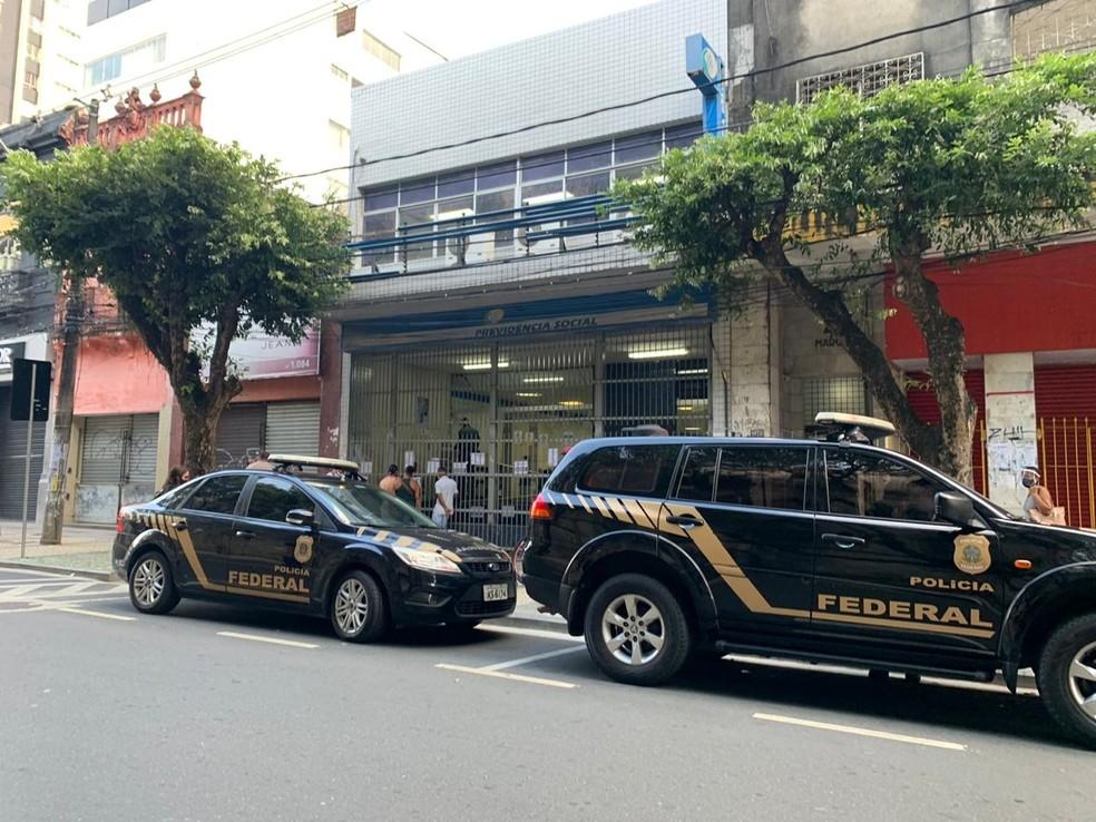 Polícia Federal cumpre mandado de afastamento de servidor em operação contra fraudes no INSS em Salvador — Foto: Divulgação/PF