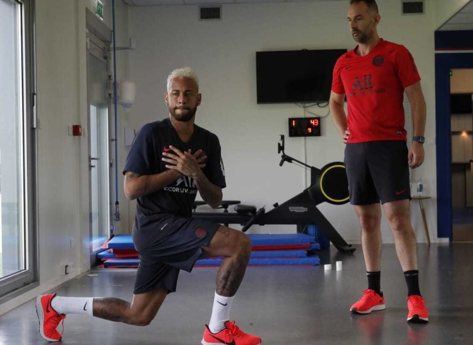 Neymar se reapresenta ao PSG em meio a especulações sobre sua volta para o Barcelona