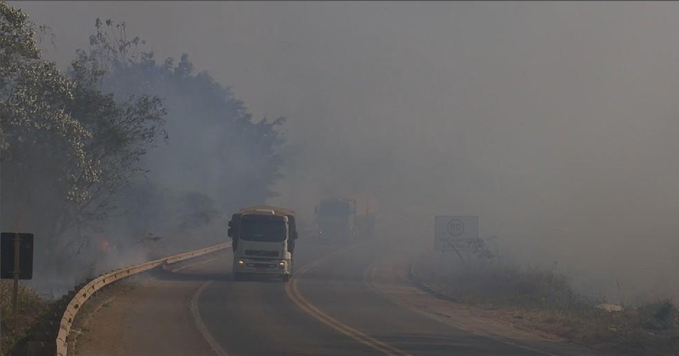 Fumaça ocupa o lado direito da BR-364 em Ariquemes (RO), sentido Jaru (RO) — Foto: Reprodução/ Rede Amazônica