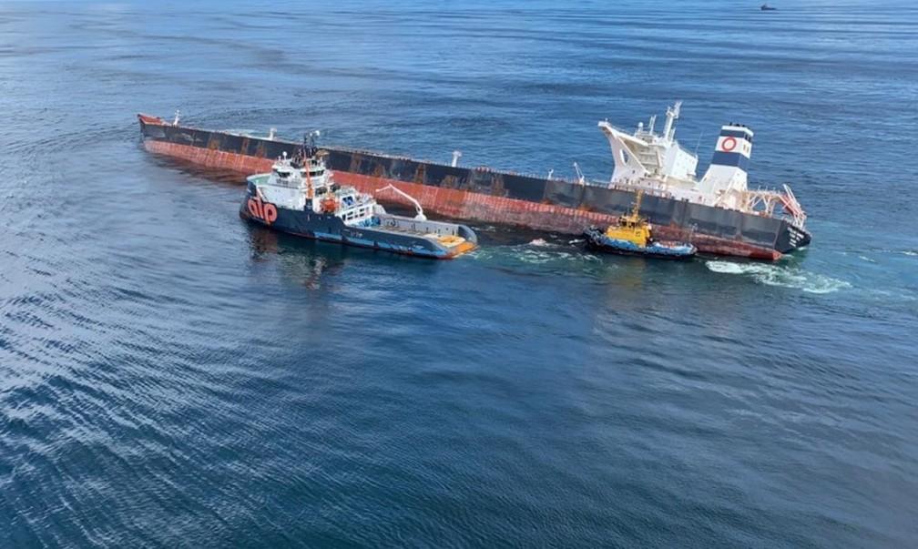 Navio ALP Defender posicionado na operação de retirada de óleo do navio Stellar Banner — Foto: Divulgação/Marinha