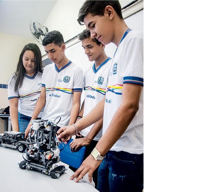 Alunos trabalham em projetos de robótica na Escola Estadual Professora Rita Maria da Conceição, em Orobó (PE). As disciplinas eletivas são decididas em debate na própria escola (Foto: Eduardo Siqueira)