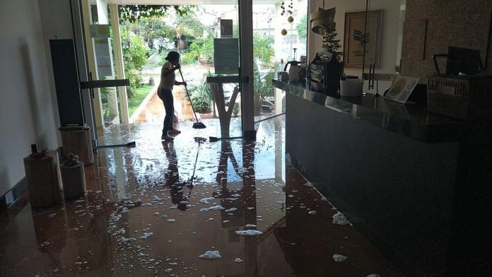 Hotel e casa são invadidos por água da chuva em Três Pontas, MG