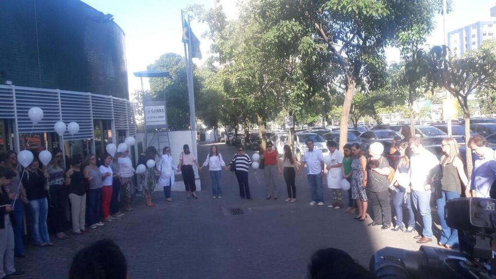 Amigos e parentes fazem ato em frente a hospital (Foto: Roger Santana/ TV Gazeta)
