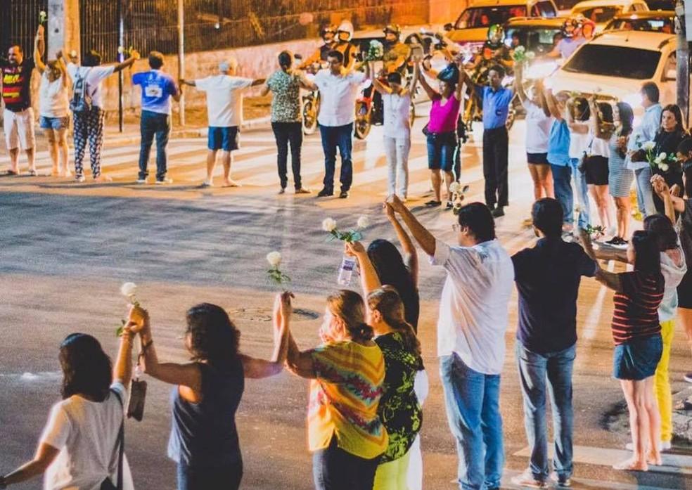 Grupo de voluntários 'abraça' cruzamento em que ocorreu acidente de trânsito na Zona Norte do Recife (Foto: Carol Lopes/Novo Jeito/Divulgação)