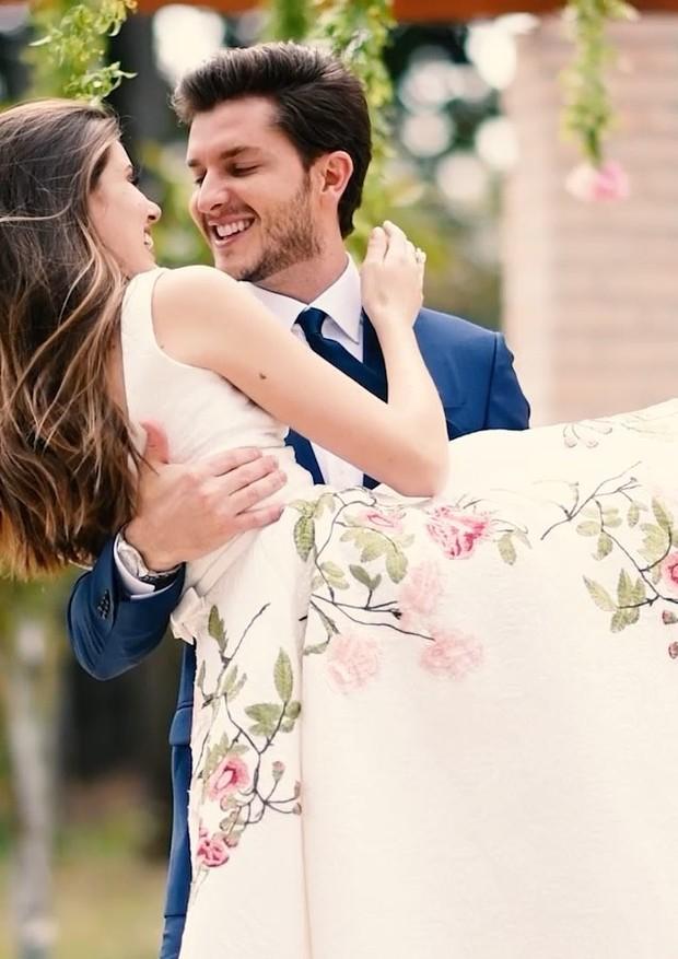Camila Queiroz e Klebber Toledo durante a cerimônia civil (Foto: Reprodução/Instagram)