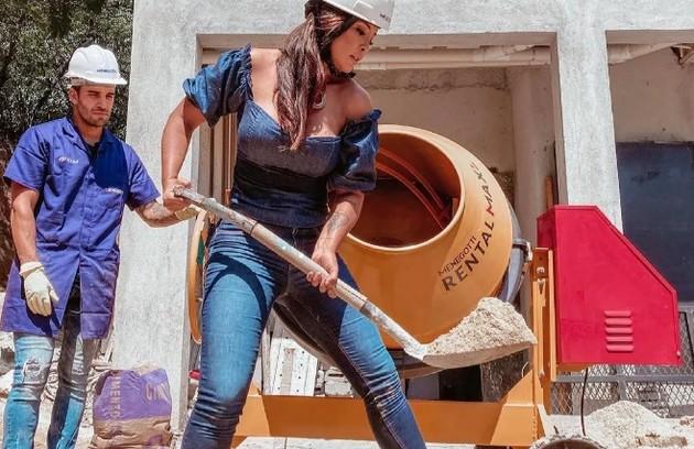 Carol Nakamura durante obra em sua nova mansão: 'Eu pego pesado, sim. O Guilherme (marido) só vira a betoneira, e eu faço força' (Foto: Reprodução/Instagram)