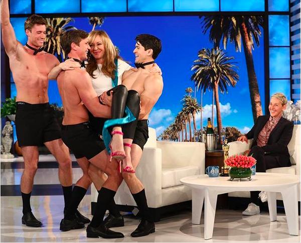 A atriz Allison Janney sendo carregada por strippers no programa de Ellen DeGeneres (Foto: Instagram)