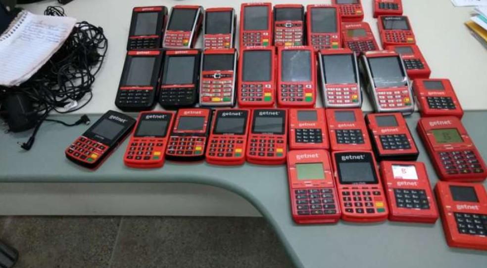 Ao todo, 32 maquinetas de cartão de crédito e débito e alguns carregadores foram recolhidos com o suspeito. — Foto: Polícia Civil do Ceará