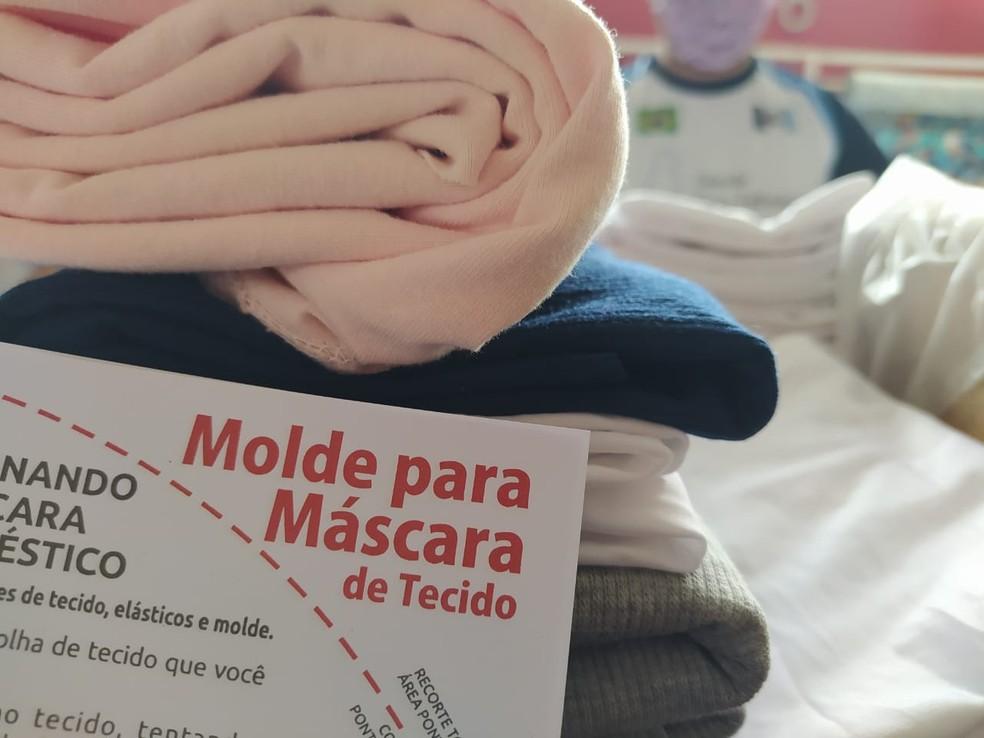 Kits para produzir máscaras de tecidos são distribuídos gratuitamente por projeto em Nova Friburgo, no RJ — Foto: Ádison Ramos/Inter TV RJ