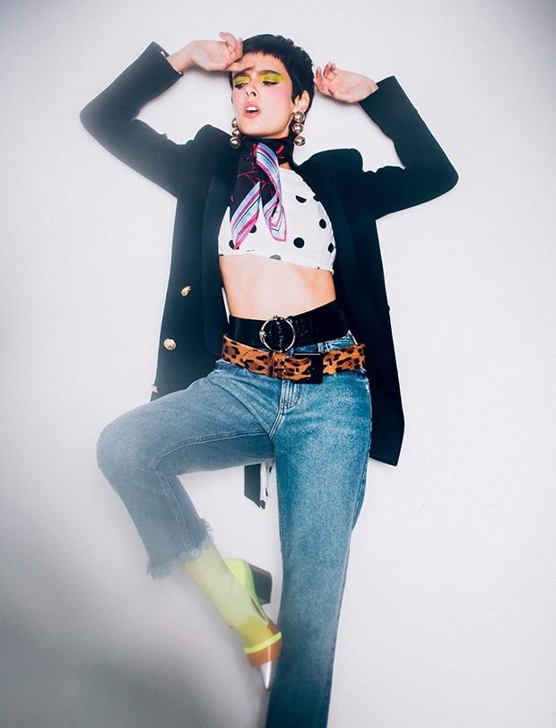 Blazer, R$ 572, Amissima; top, R$ 80, Forever 21; calça jeans, R$ 500, Le Lis Blanc. Brincos, R$ 210, Ylla; lenço, R$ 650, Diane von Furstenberg; cintos, R$ 250, Morena Rosa (preto), e R$ 2.980, Ralph Lauren (onça); meia-calça, R$ 42, Lupo; escarpins, R$ 1.504, Sarah Chofakian  (Foto: Tauana Sofia)