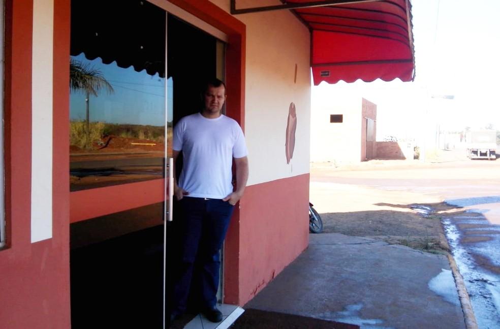 Dono do restaurante disse que levou um susto ao ver a vaca na porta (Foto: Arquivo Pessoal)