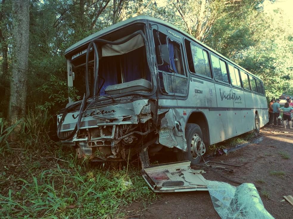 Quato pessoas que estavam no ônibus ficaram feridas após acidente em Atalaia — Foto: Corpo de Bombeiros/Divulgação