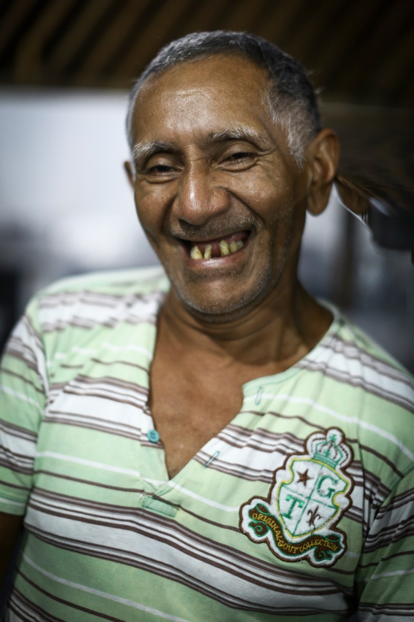 Antonio Carlos (o famoso Velho), Rei da Piracaia que trabalha na Casa do Saulo e assa 300 quilos de peixe por fim de semana, no Projeto Lambe Lambe Tapajós (Foto: Frâncio de Holanda)
