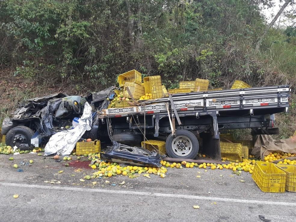 Colisão frontal entre caminhões foi registrada na BR-104, em Panelas — Foto: PRF/Divulgação