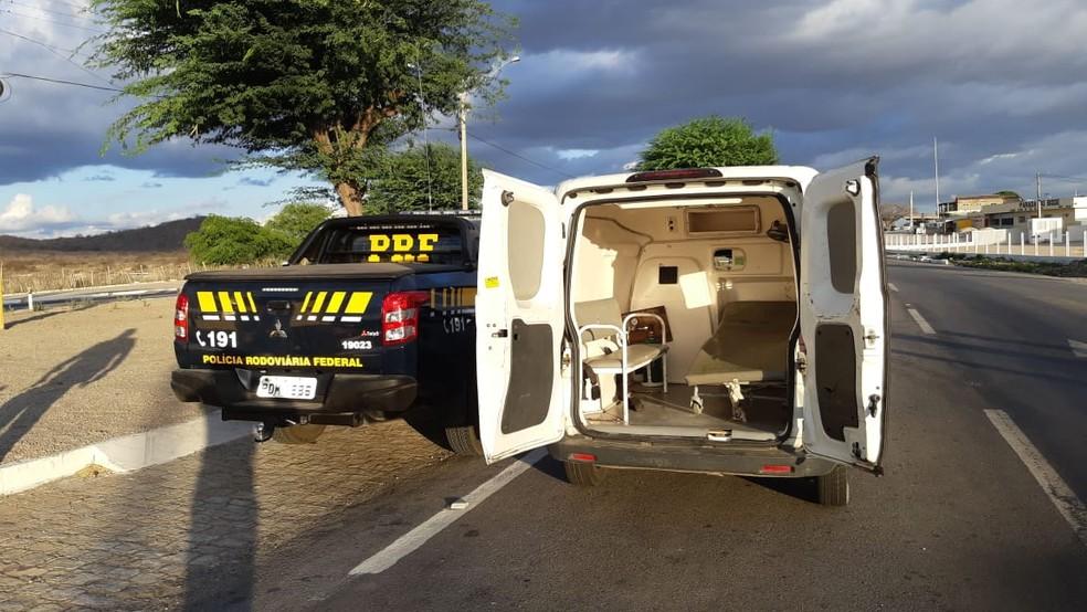 Das 48 ambulâncias fiscalizadas em Pernambuco, 45 foram autuadas pela PRF — Foto: Polícia Rodoviária Federal/Divulgação