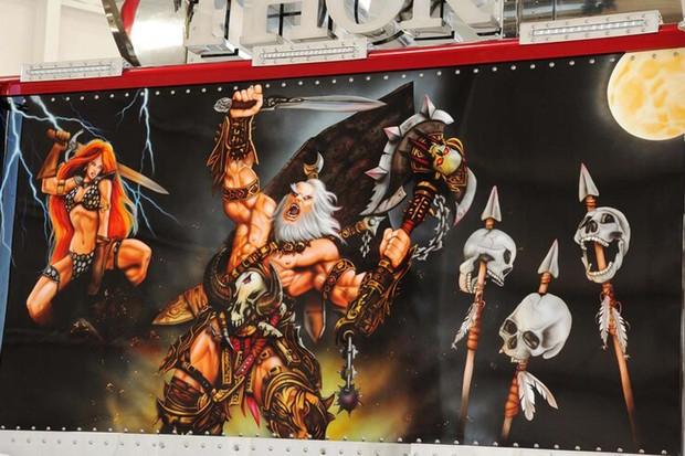 Um painel decorativo evoca a figura mitológica de Thor (Foto: Reprodução)