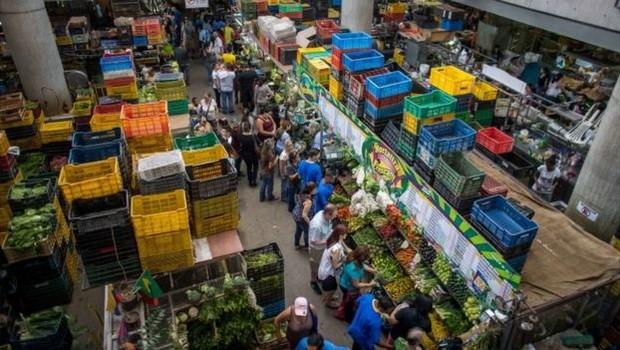 Analistas avaliam que aumento do salário mínimo tende a fazer subir o preço dos produtos e, assim, alimentar a inflação (Foto: EPA via BBC)