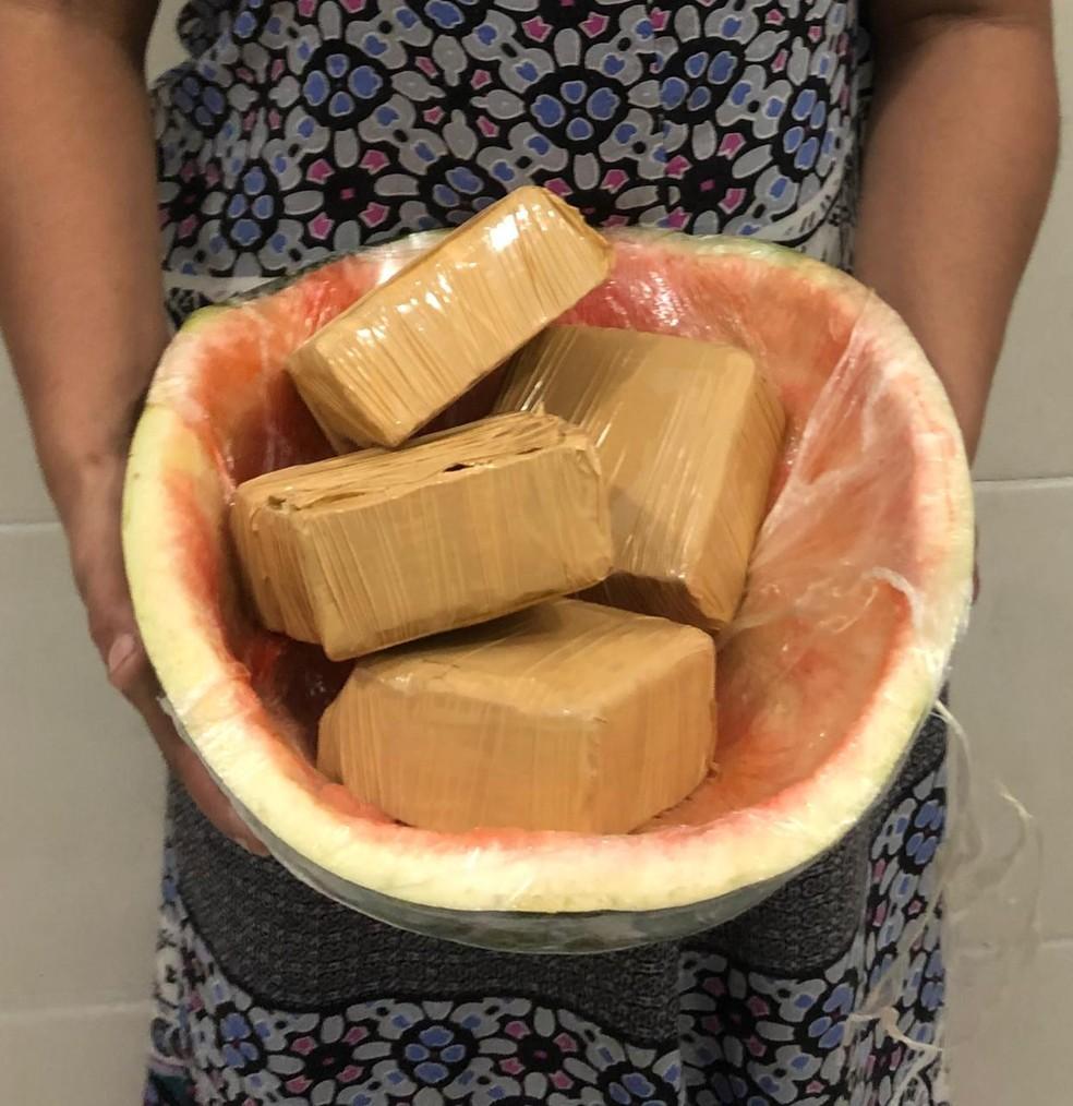 Falsa grávida é presa com drogas escondidas em melancia presa na barriga em Guaratinguetá — Foto: PM/Divulgação