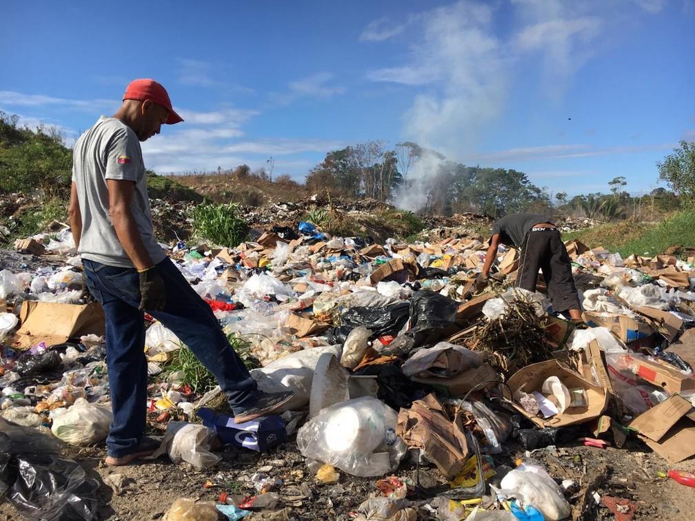 Venezuelano procura lixo que pode ser reaproveitado no aterro de Pacaraima, cidade fronteiriça — Foto: Emily Costa/G1 RR