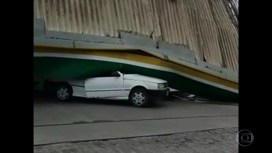 Cobertura de posto de gasolina no Grande Recife desaba devido a ventos fortes