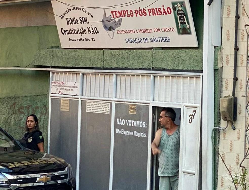 Tupirani da Hora abre a porta para agentes da PF, que foram cumprir mandados — Foto: Reprodução