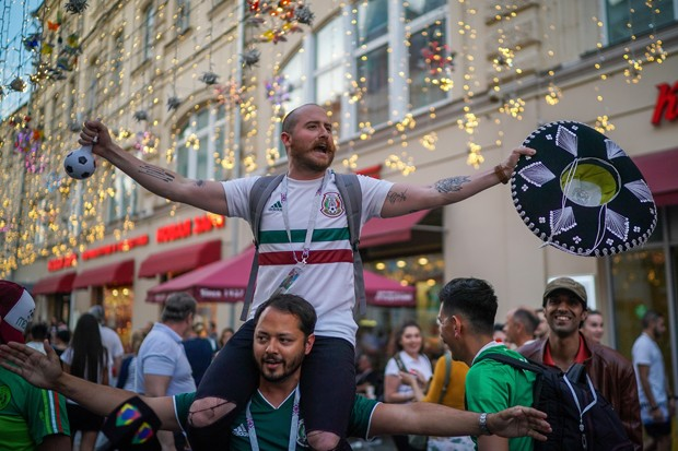 MOSCOW, RUSSIA - JUNE 17:  A Mexican football fan enjoys the World Cup party atmosphere on Nikolskaya Street, near Red Square on June 17, 2018 in Moscow, Russia. Today saw the first shock result of the tournament with Mexico beating Germany 1-0.  (Photo b (Foto: Getty Images)