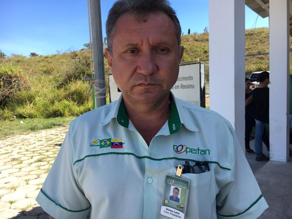 Dirceu Lana, presidente da Coopertan, tenta negociar passagem de caminhoneiros para o Brasil — Foto: Emily Costa/G1 RR