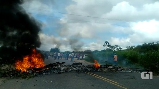 Motoristas de transporte alternativo fecham BA-290 em protesto; categoria alega receber multas indevidas