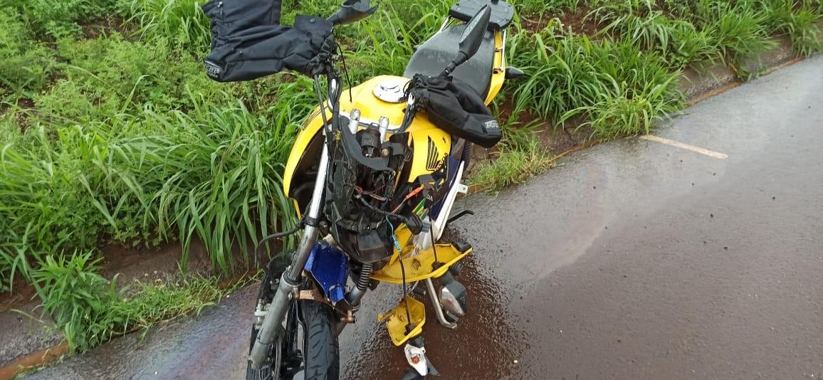 Jovem fica gravemente ferido após bater moto atrás de caminhão na BR-467