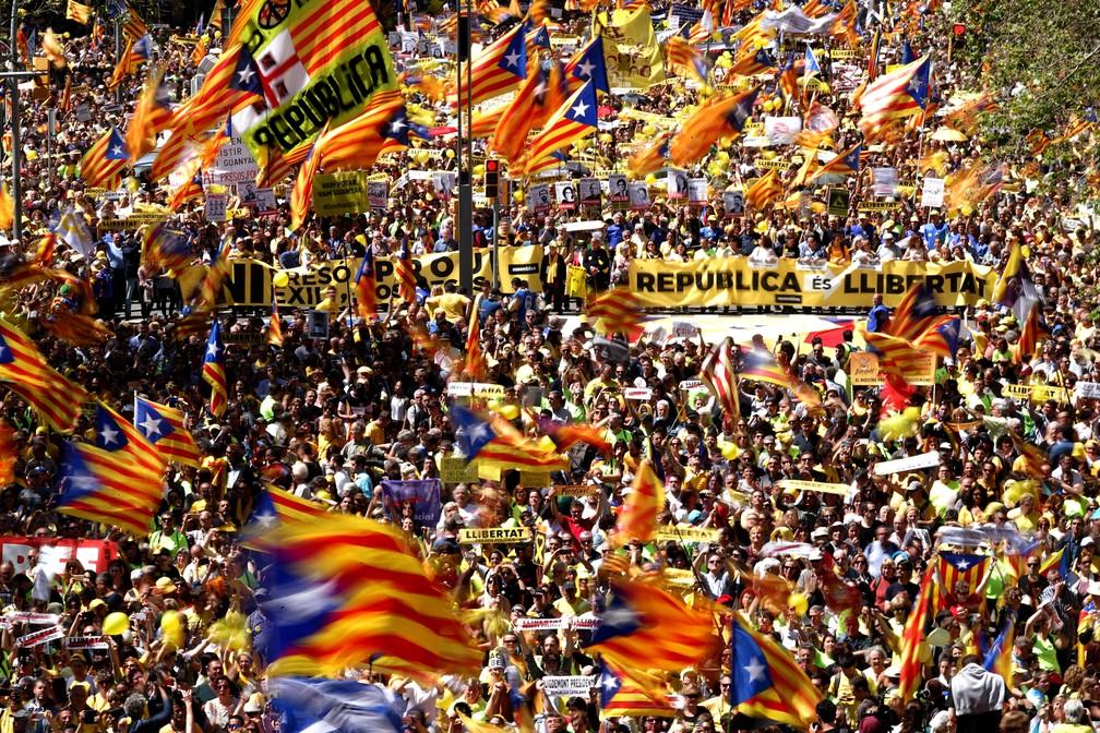 -  Manifestantes apoiam separatistas em Barcelona, em 15 de abril de 2018  Foto: Albert Gea/Reuters