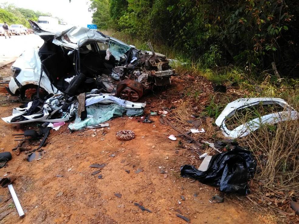 Carro em que vítimas estavam ficou completamente destruído (Foto: Samuel Almeida/TVCA)