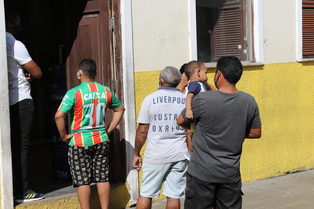 Fila nesta segunda-feira (25) para entrar em uma loja na Rua Grande não obedece o distanciamento social — Foto: Adriano Soares/Grupo Mirante