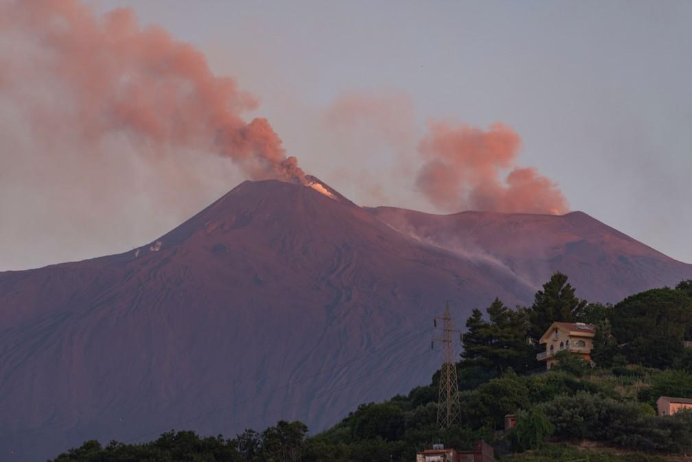 Vulcão Etna lança lava e nuvens de fuligem na Sicília | Mundo | G1