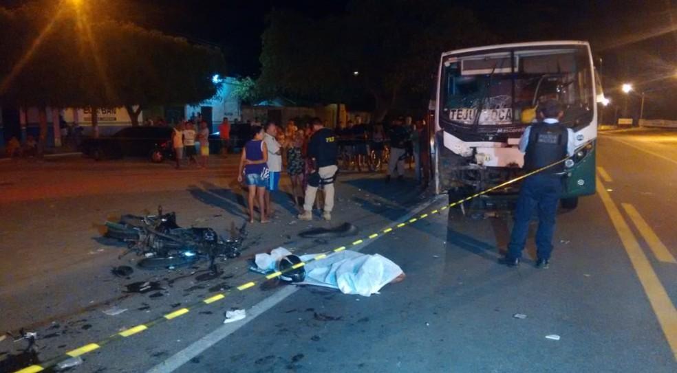 Acidente entre moto e van deixa uma pessoa morta. — Foto: Ricardo Mota/TV Diário