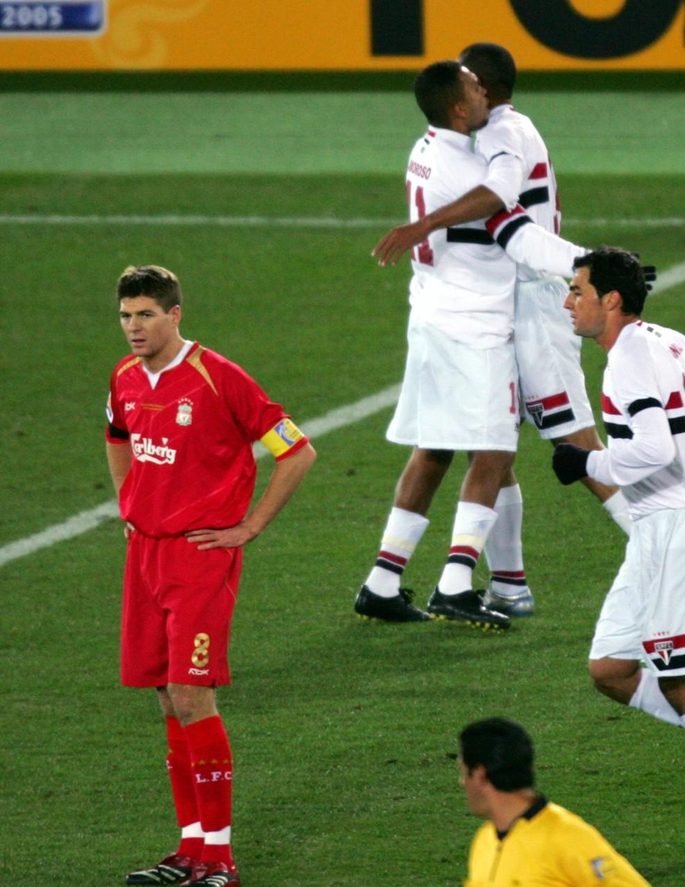 Danilo (direita) e Gerrard, do Liverpool, na final de 2005 — Foto: Reuters
