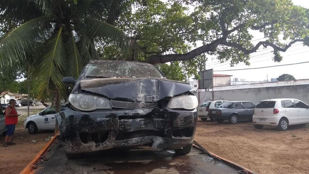 Carro colidiu contra o muro e um portão de um terreno  (Foto: Ediana Miralha/Inter TV Cabugi )