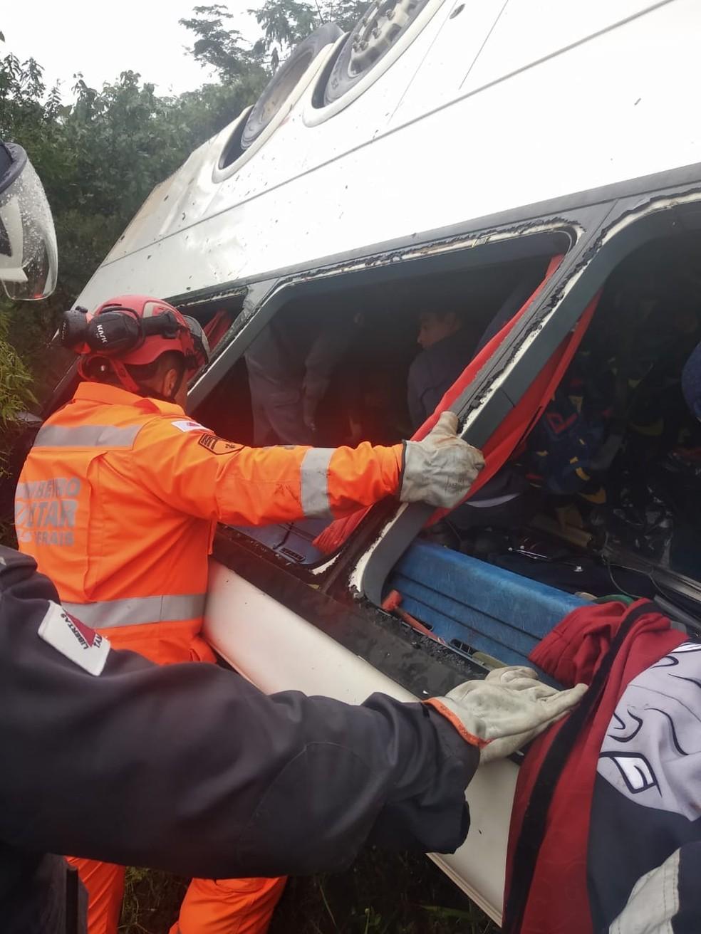 Bombeiros fazem resgate dos feridos no Serro — Foto: Corpo de Bombeiros/Divulgação