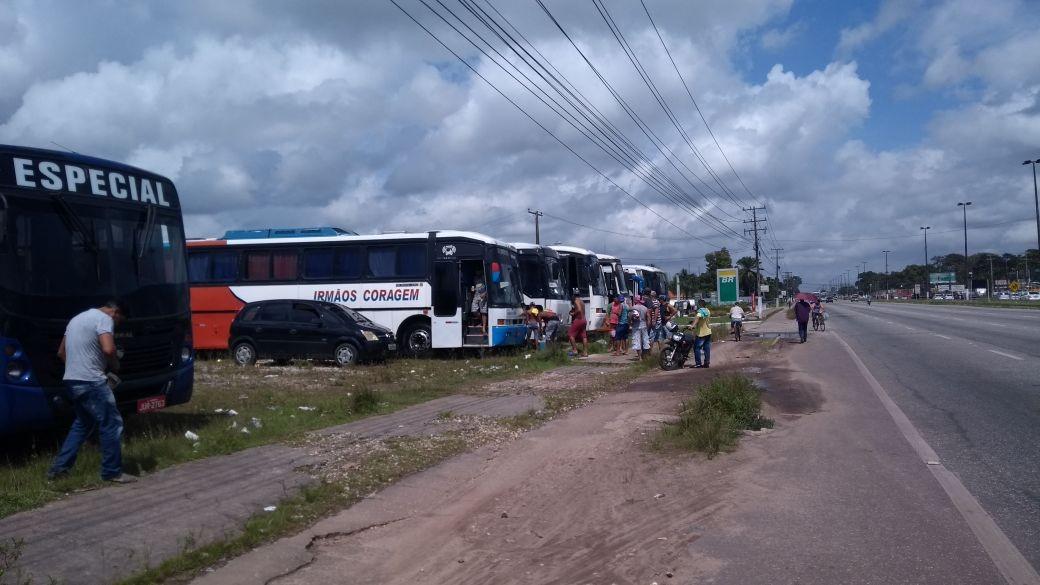 Motoristas de ônibus de turismo interditam BR-316 próximo à barreira da PRF