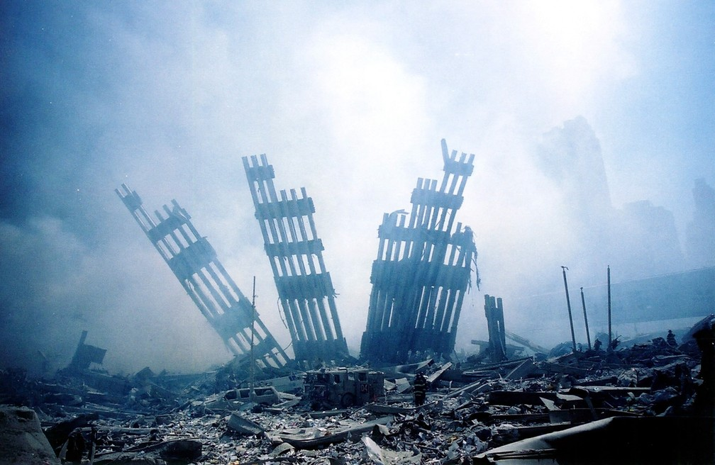 Restos da estrutura do World Trade Center são vistos em meio aos destroços após as duas torres virem abaixo no 11 de Setembro — Foto: Alexandre Fuchs/AFP/Arquivo