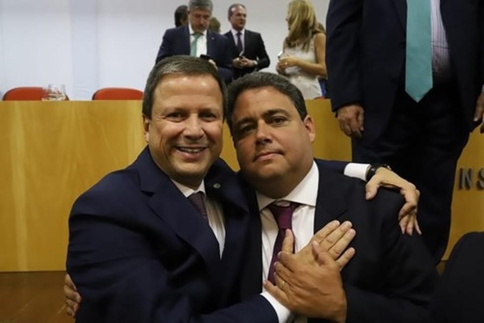 Claudio Lamachia (esq.), atual presidente da OAB, e Felipe Santa Cruz (dir.), presidente eleito da entidade — Foto: Reprodução/Site da OAB