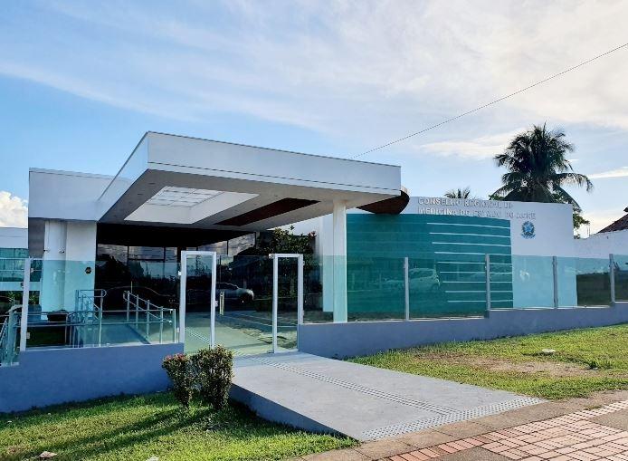 Após paciente sofrer lesão, falso médico é alvo de ação do CRM por exercício ilegal da profissão