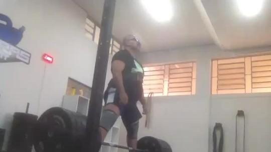Sem apoio, atleta de powerlifting vende bolos no sinal a R$ 10 para disputar torneio