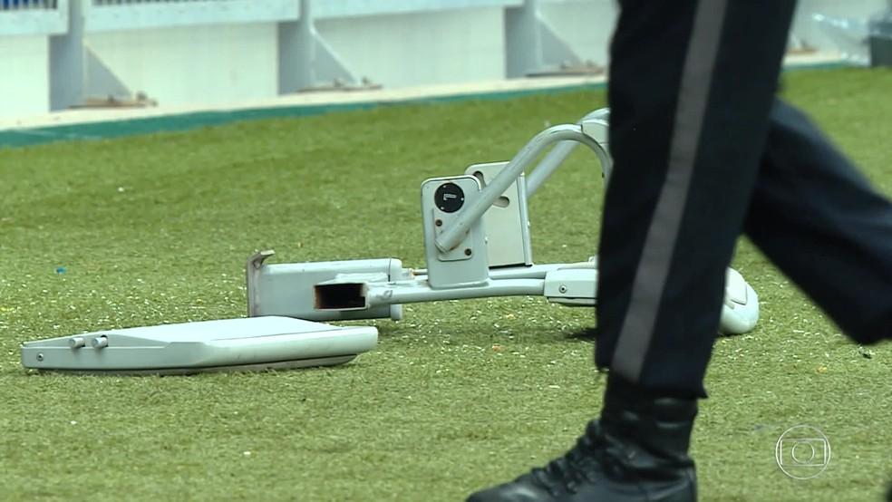 Cadeira arrancada da arquibancada e atirada ao campo do Mineirão durante o segundo tempo de Cruzeiro e Palmeiras neste domingo (8) — Foto: Reprodução/TV Globo