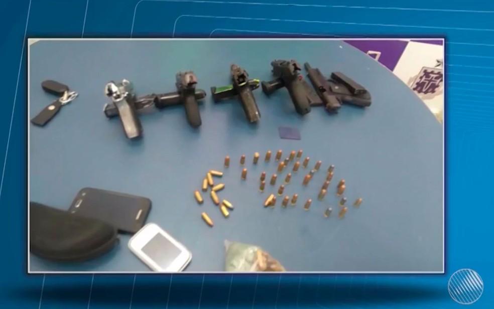 Suspeitos foram presos com cinco pistolas em Itabuna (Foto: Divulgação / Polícia Civil)