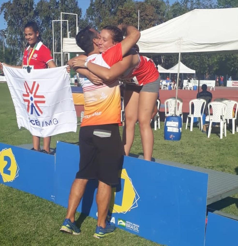 Pai e treinador da atleta, Carlos Barbosa comemorou mais um título na temporada — Foto: Carlos Barbosa / Cedida