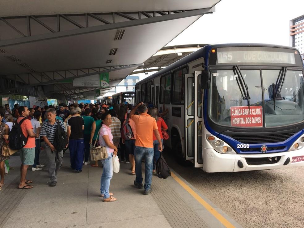 O Terminal de Integração de Campina Grande amanheceu cheio e com frota de ônibus reduzida nesta segunda-feira (28) (Foto: Felipe Valentim/TV Paraíba)