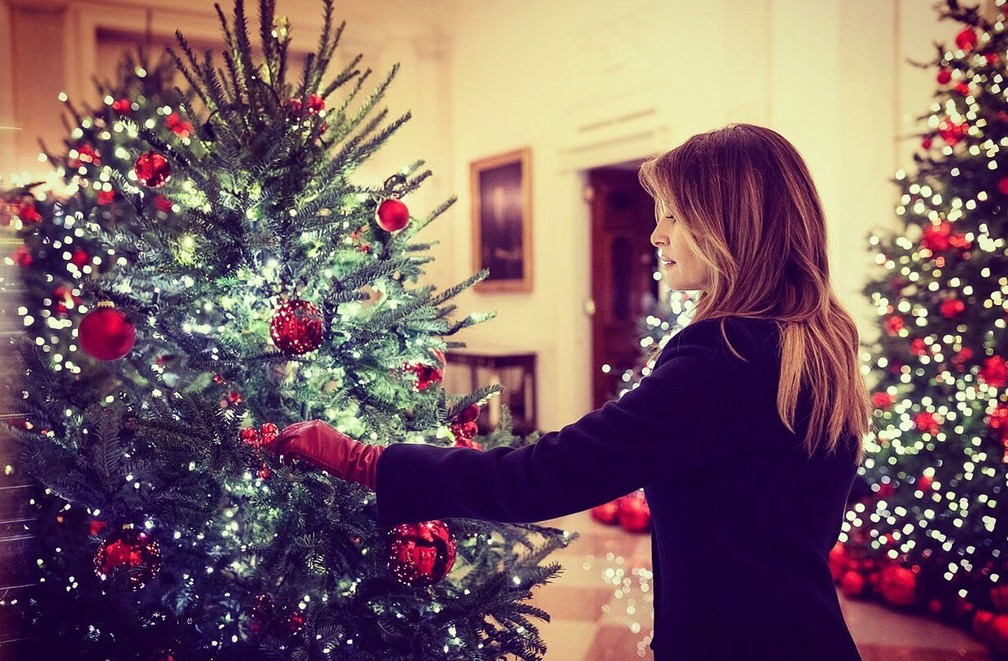 Primeira-dama dos EUA, Melania Trump, mexe em árvore de natal da Casa Branca   — Foto: Reprodução Instagram/ @FLOTUS