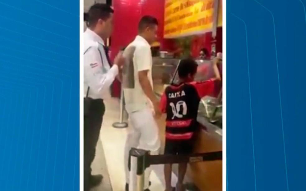Vídeo mostra segurança tentando impedir jovem de pagar comida para criança (Foto: Reprodução/TV Bahia)