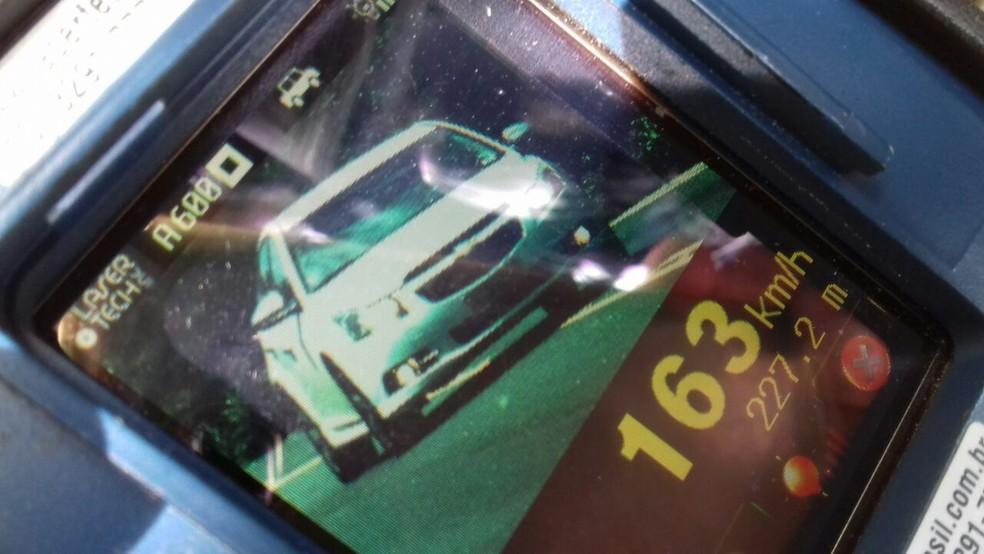 Motorista é flagrado em excesso de velocidade na BR-153 (Foto: PRF/Divulgação)