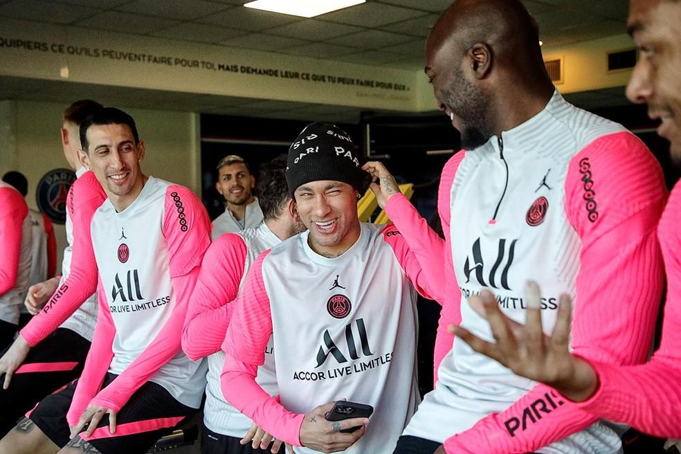 Di María (esq.), Neymar (centro) e Danilo Pereira (dir.) durante atividade do PSG — Foto: Site oficial / PSG